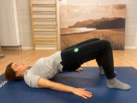 Puente glúteo combinado con ejercicios de kegel en el postparto guiados por fisioerapeuta